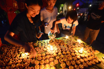 Lighting candles Loy Krathong 2014